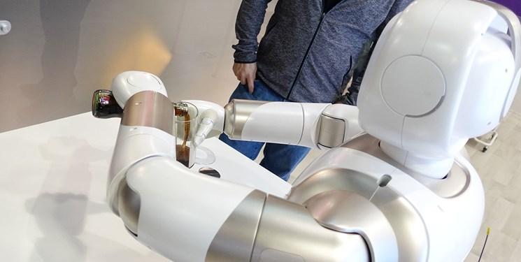 ربات ها با نگاه به انسان ها میز غذا را می چینند