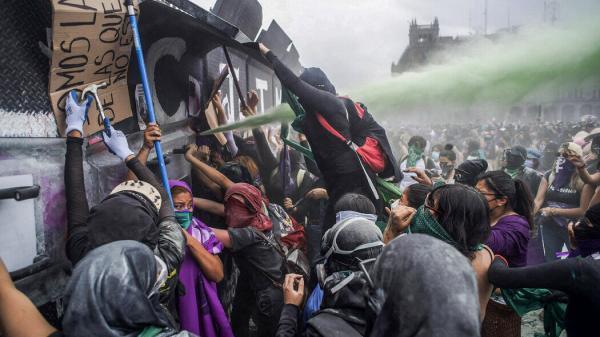 تظاهرات زنان خشمگین در مکزیک به خشونت کشید
